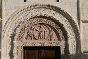 Assisi_San_Rufino_-_Hauptportal_1_Tympanon